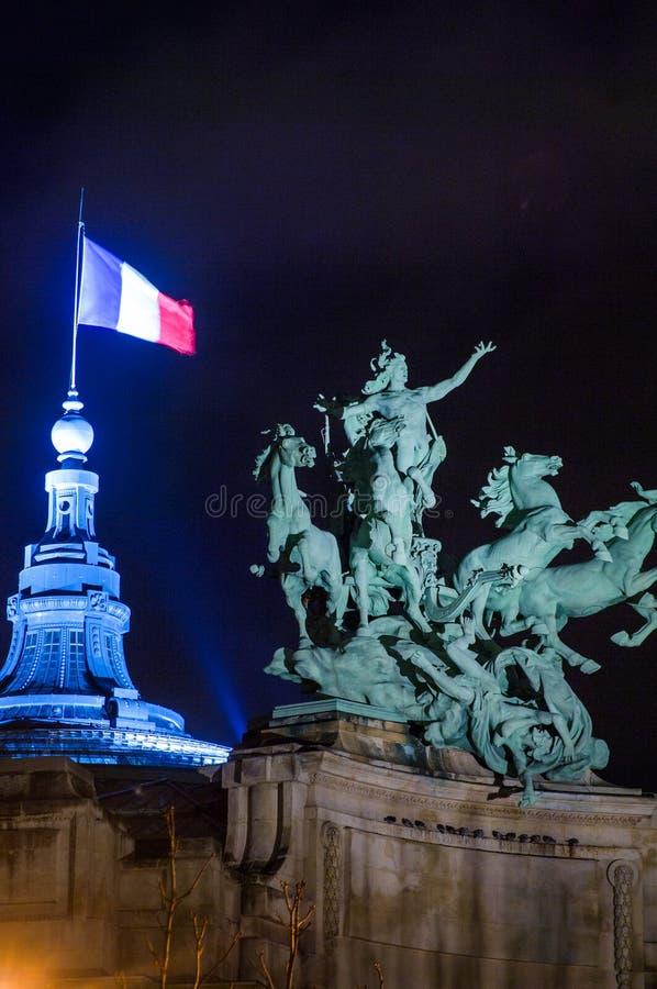 Rid- staty överst av Le Tusen dollar Palais, Paris Frankrike royaltyfria foton