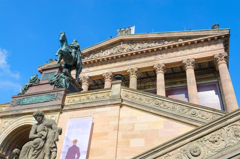 Rid- staty av den ovannämnda ingången för Friedrich Wilhelm dropp till den gamla National Gallery på den berömda museumön, Berlin royaltyfri foto
