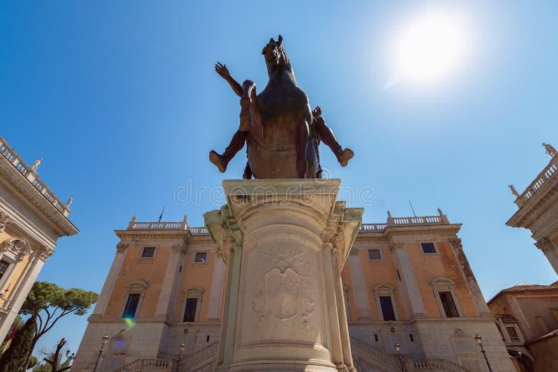Rid- staty av kejsaren Marco Aurelio på Capitolinen arkivbilder