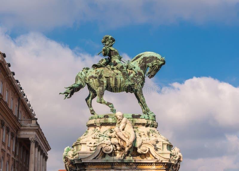 Rid- staty av prinsen Savoyai Eugen framme av den historiska Royal Palace i Buda Castle arkivfoton
