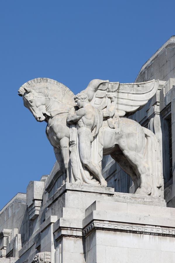 Rid- staty i den Milan centralstationen royaltyfria bilder