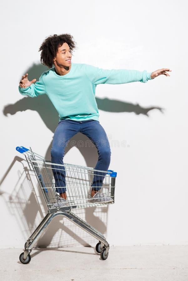 Rida en shoppingvagn arkivbilder