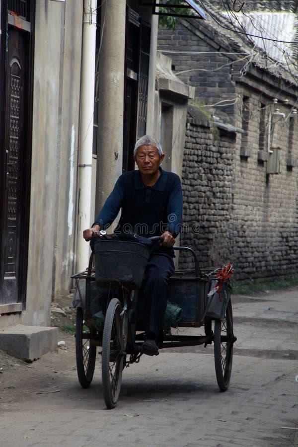 Rida en trehjuling royaltyfria foton