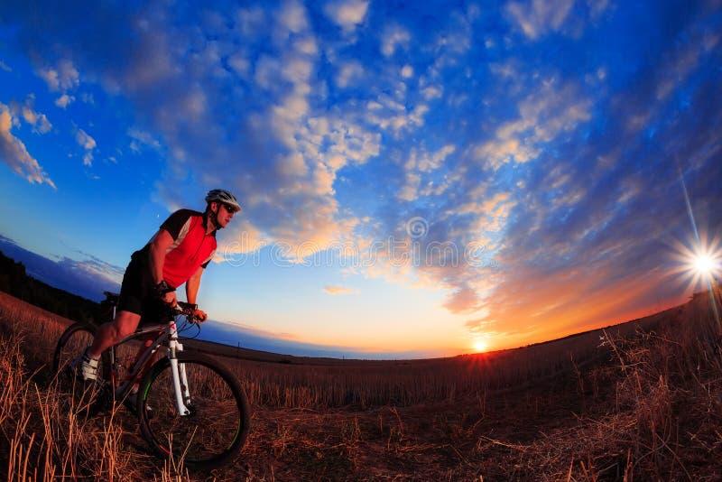 Rida för mountainbikecyklist som är utomhus- arkivfoto