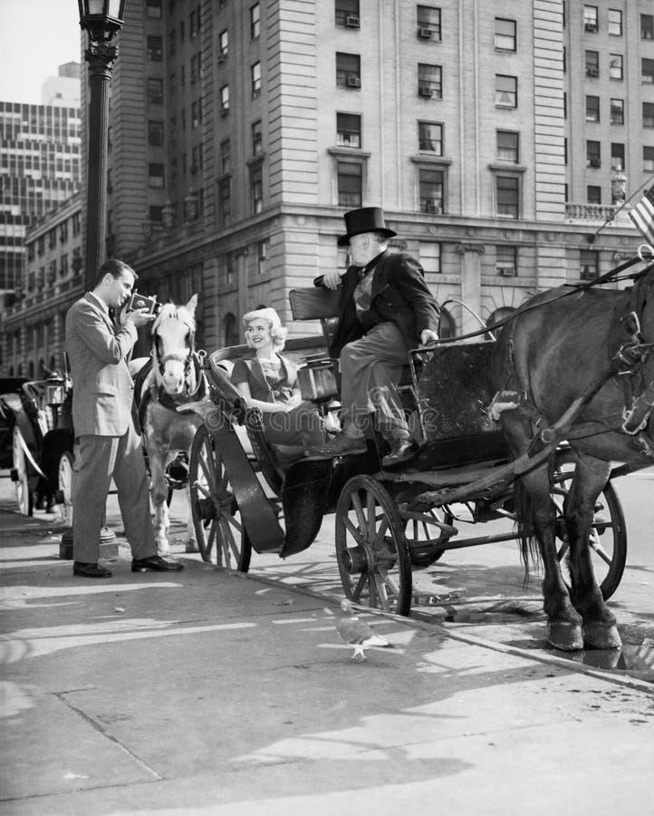 Rida i stil - vagnschaufför på den storslagna arméplazaen (kanten av Central Park) som får klar att ta kunder till och med parker arkivbild