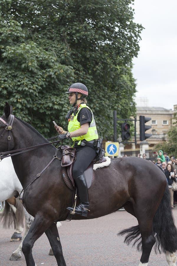 Rida polisen under ceremoniellt ändra av de London vakterna, London, Förenade kungariket royaltyfria bilder