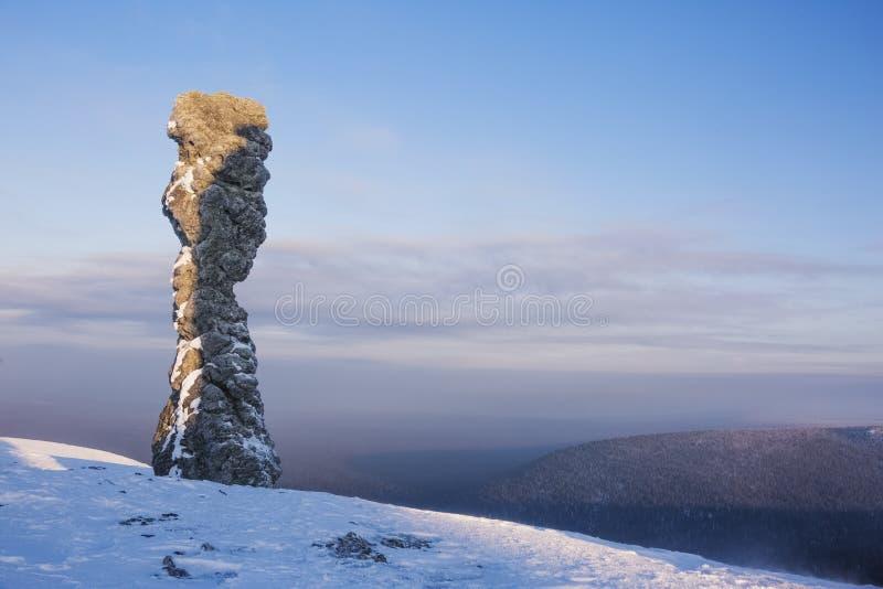 Rida ut stolpen på den Manpupuner platån, Komi republik, Ryssland arkivfoton