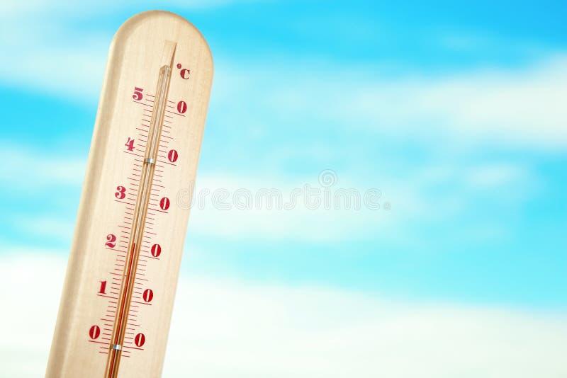 Rida ut termometern och slösa molnig himmel på bakgrund royaltyfria foton