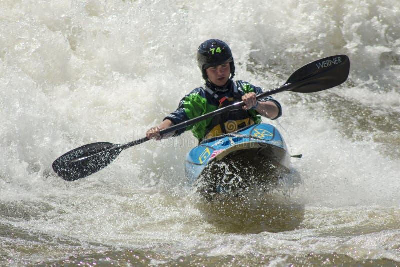 Rida vågorna av floden royaltyfri fotografi