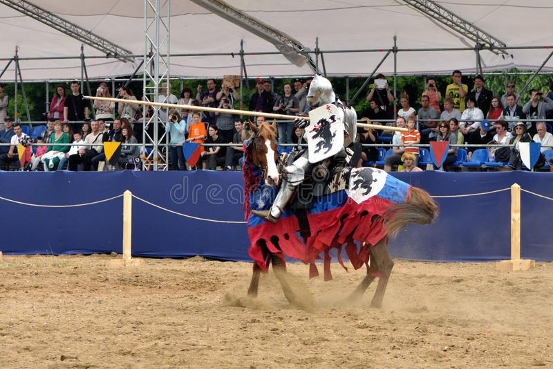 Riddare i harnesk på en häst. royaltyfri foto