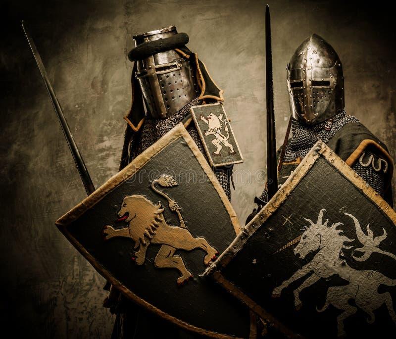 Riddare med svärd och skyddar arkivfoton