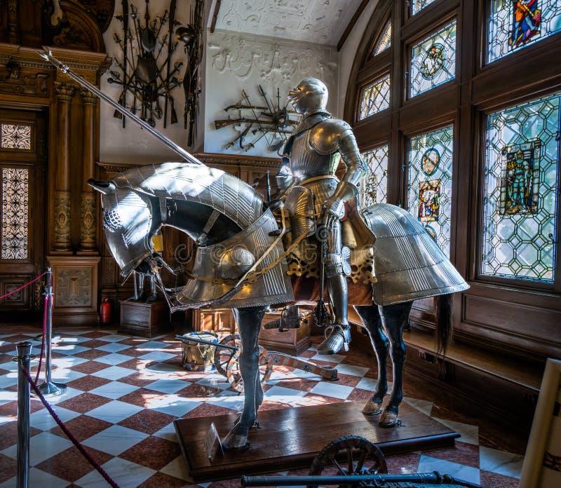 Riddare och häst i glänsande pansar royaltyfri fotografi