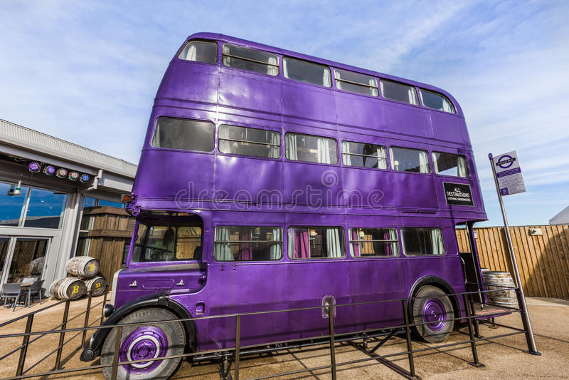 Riddaren Bus är lilabussen från den Harry Potter filmen royaltyfri bild