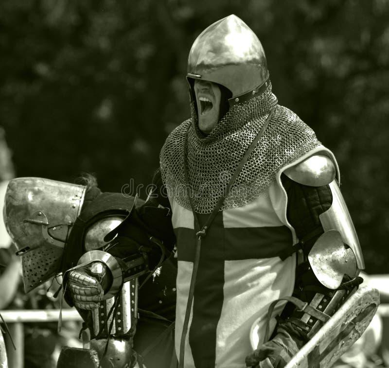 Riddaren förbereder sig för strid royaltyfri fotografi