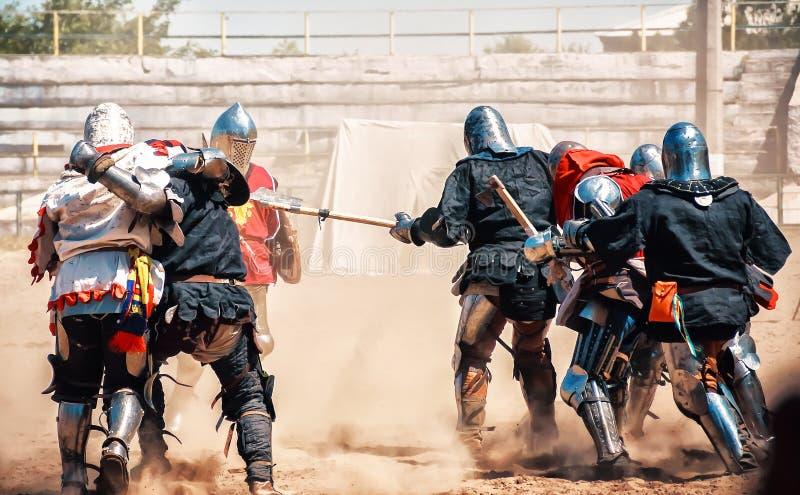 Riddaren slåss på festivalen av medeltida kultur Riddare i f royaltyfria bilder
