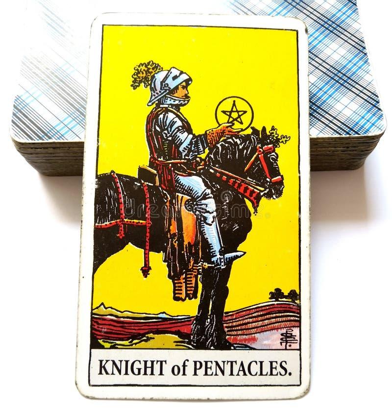Ridder die van Pentacles Tarotkaart een Bedrijfs/Imperiumbedrijfs Mens bouwen die voortaan investeren stock foto