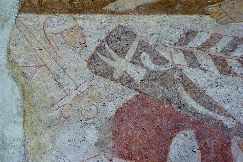 Ridder met de hamer van Thor ` s op het schild en een Normandisch zwaard Middeleeuwse fresko stock afbeelding