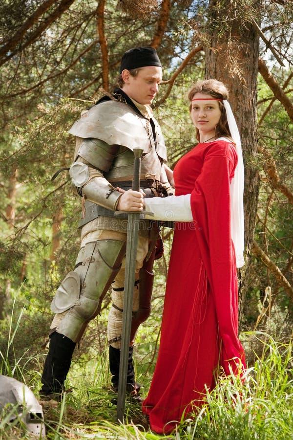 Ridder in pantser en vrouw royalty-vrije stock afbeelding