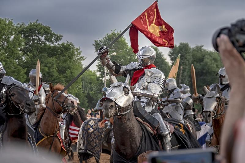 Ridderlig turnering, historisk reenactmentrekonstruktion av medeltid Riddare på hästar och kamp royaltyfria bilder