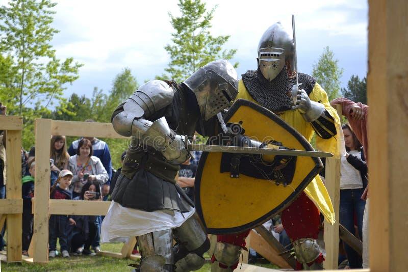 Ridderliga kamper på festivalen av medeltida kultur i Tyumen, Ryssland Maj 20, 2017 royaltyfri fotografi
