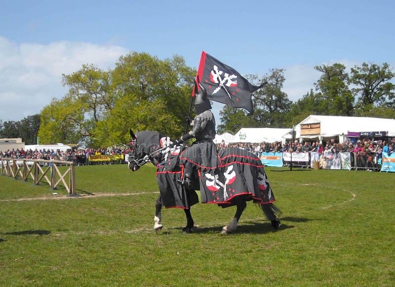 Ridders op paarden met banners en kleding bij een show in van de de hengstezel van Ierland de poney Clydesdale dubbele Gard 1 stock afbeeldingen