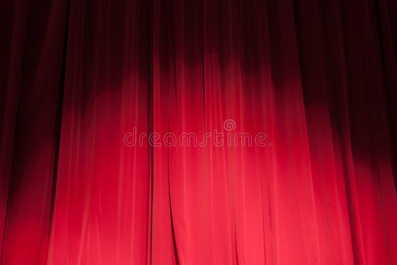 Rideau du théâtre avec un projecteur photo stock