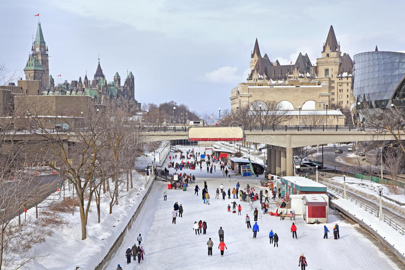 Rideau kanal som åker skridskor isbanan i vintern, Ottawa royaltyfri foto