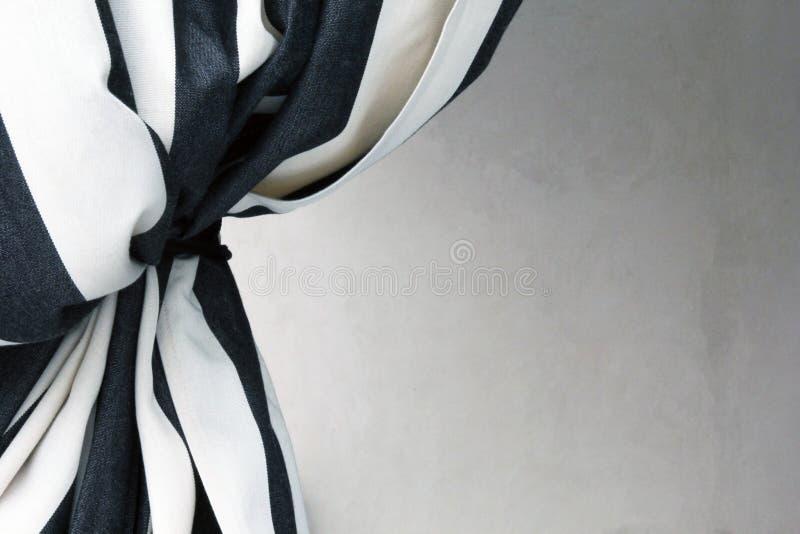 rideau noir et blanc affordable comment dcorer votre. Black Bedroom Furniture Sets. Home Design Ideas