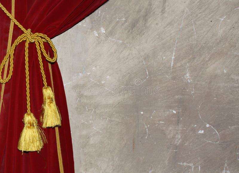 Rideau rouge avec le noeud et le gland image stock