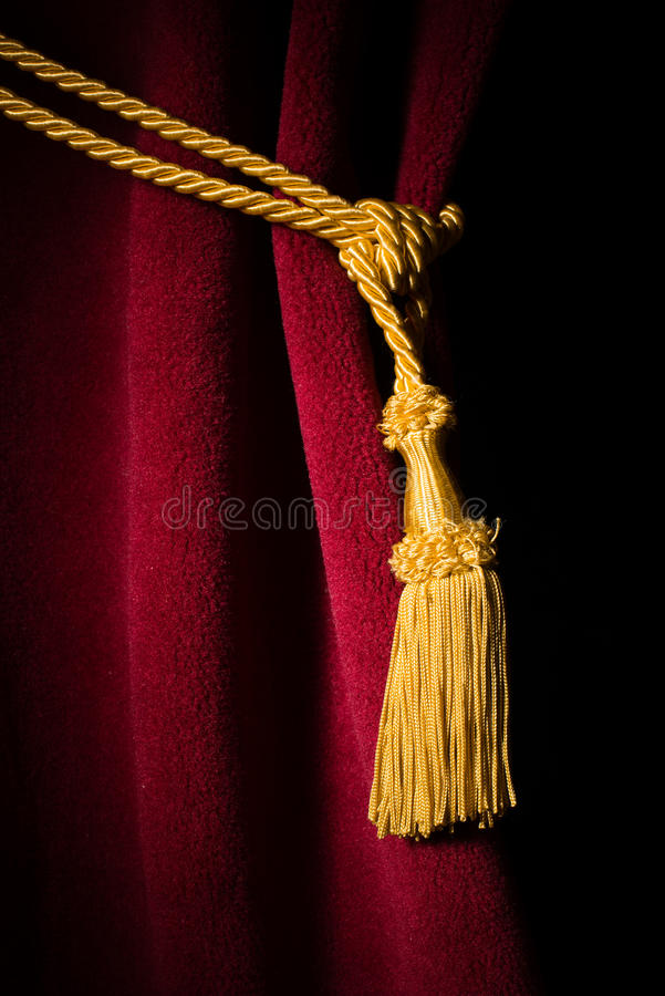 Rideau rouge en velours avec le gland images libres de droits