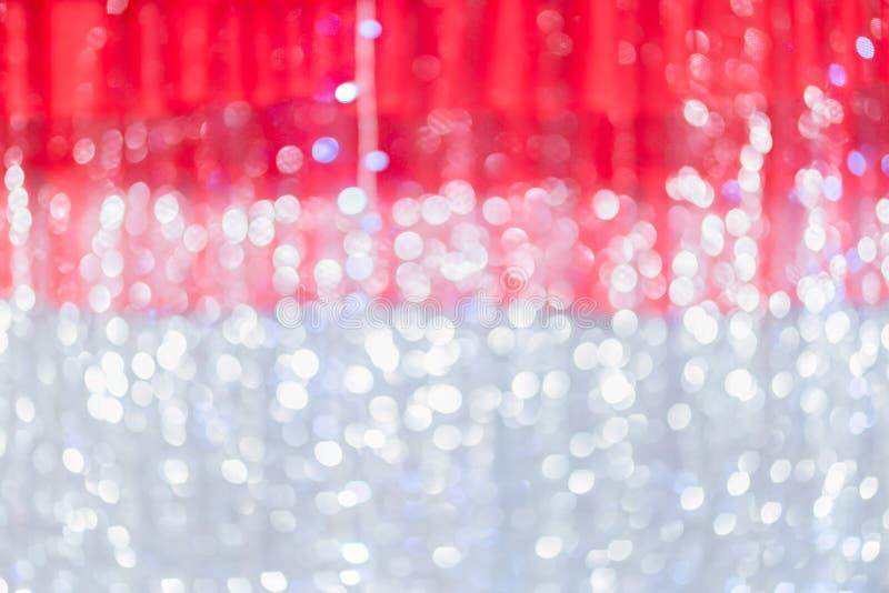Rideau rouge et fond clair de tache floue de bokeh Contexte brouill? Fond de No?l Th?me d'hiver de vacances photographie stock libre de droits
