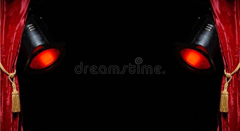 Rideau rouge et projecteurs rouges photo stock