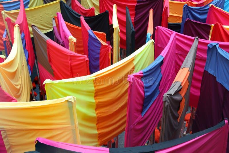 Rideaux colorés en tissu sur les supports photos stock