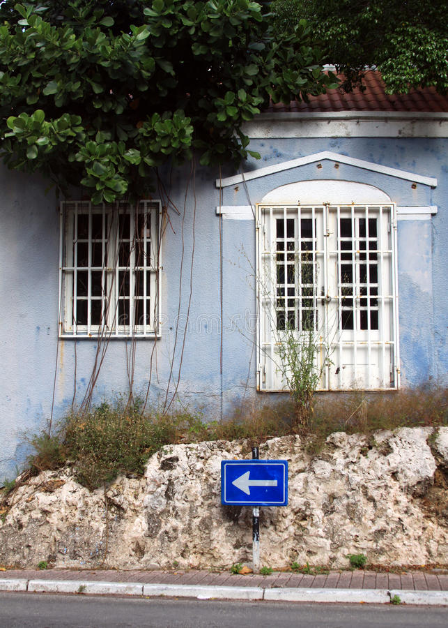 riden ut blå byggnad arkivbilder