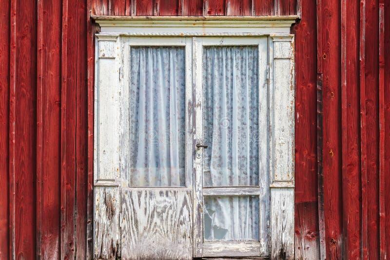 Riden ut dörr av ett gammalt svenskt lantbrukarhem royaltyfri foto