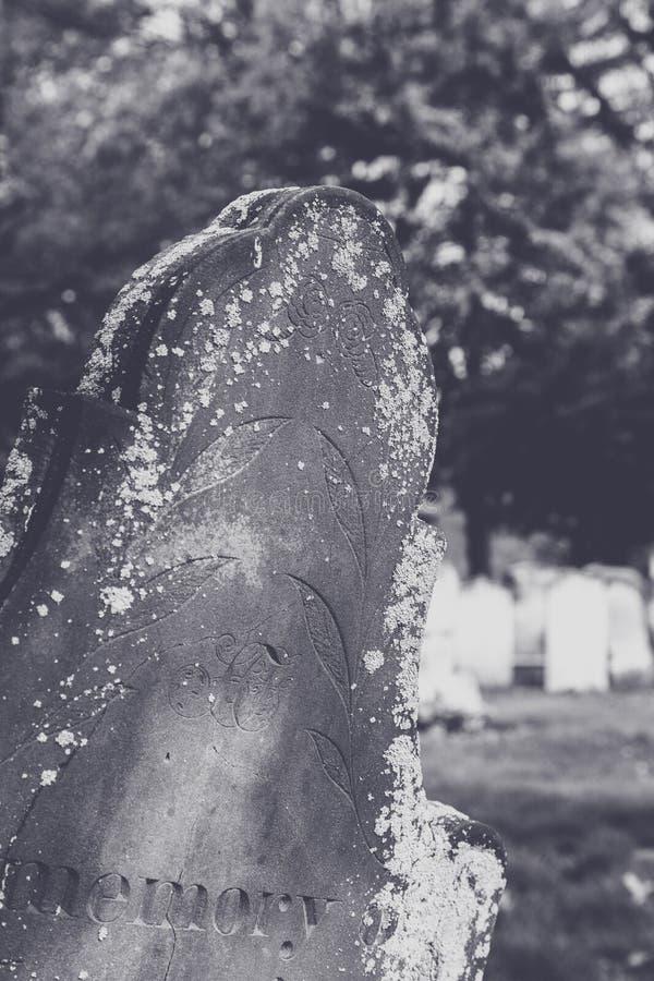 Riden ut gammal gravsten i svartvitt royaltyfria bilder
