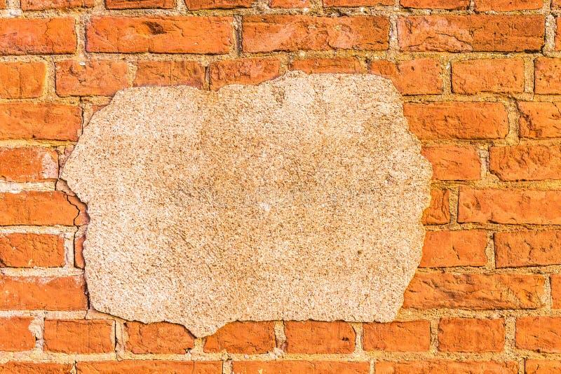 Riden ut gammal potrescanemurbruk på en tegelstenvägg royaltyfri foto