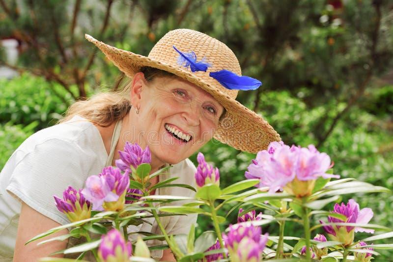 Ridendo dietro i rododendri immagini stock