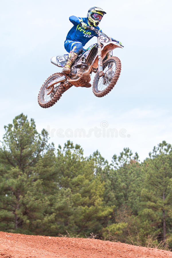 Rider Gets Airborne Going Over salta en raza del motocrós imagen de archivo