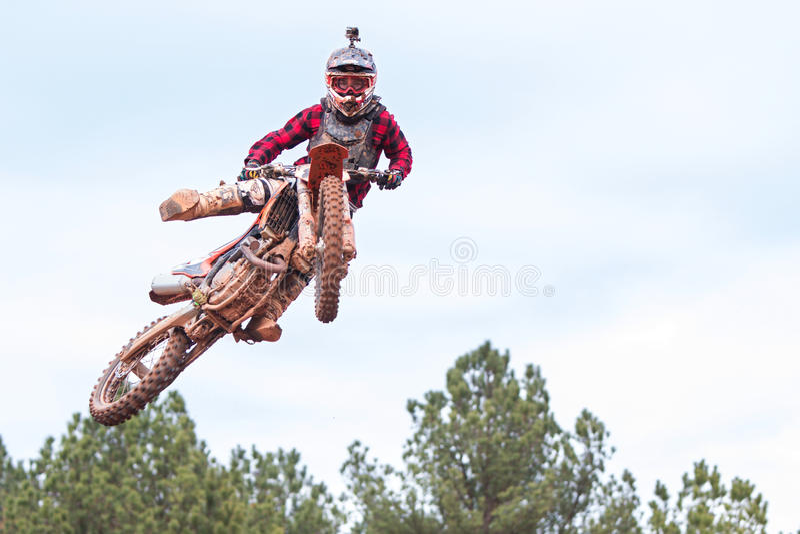 Rider Strikes Midair Pose In Georgia Motocross Race fotografía de archivo