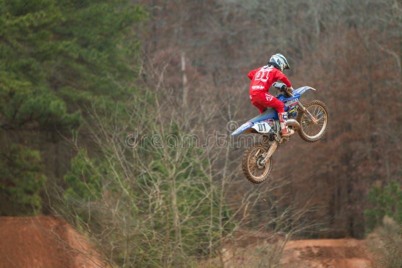 Rider Suspended In Midair Doing salta a Georgia Motocross Race immagini stock libere da diritti