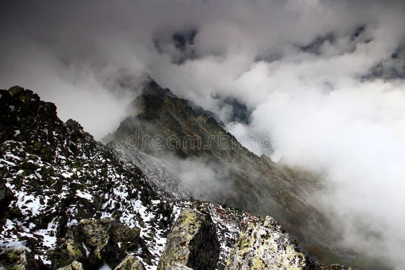Ridge del picco di Slavkovsky e della valle di Velka Studena in nuvole immagini stock