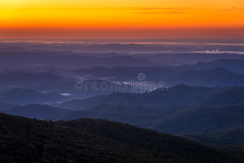 Ridge Mountain Sunrise azul foto de stock