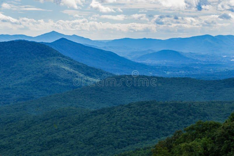 Ridge Mountains azul em um dia nebuloso fotos de stock
