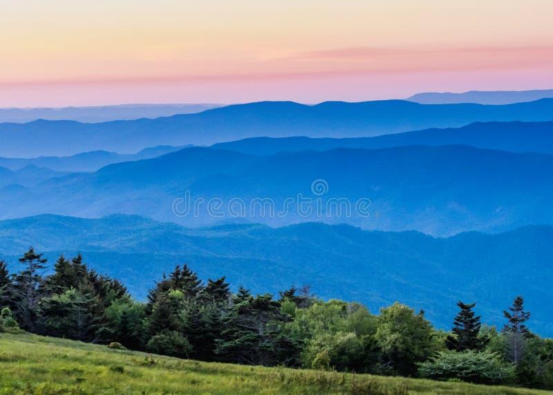 Ridge Mountains bleu flou au coucher du soleil images stock