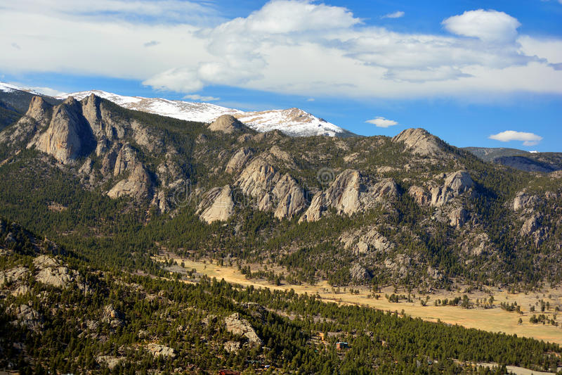 Ridge Mountains irregular com Outcroppings gigantes da rocha fotografia de stock