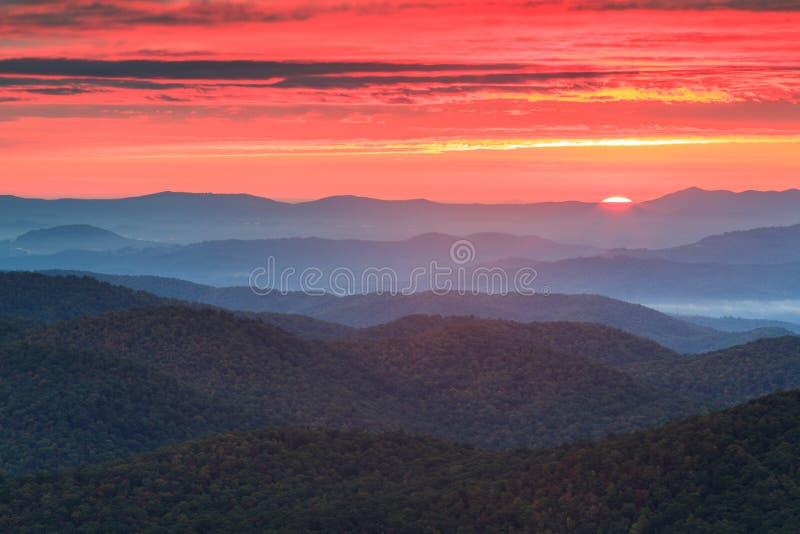 Ridge Parkway Autumn Sunrise azul fotos de stock