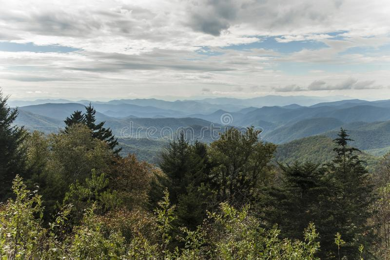 Ridge Parkway blu - la forcella di Caney trascura immagini stock