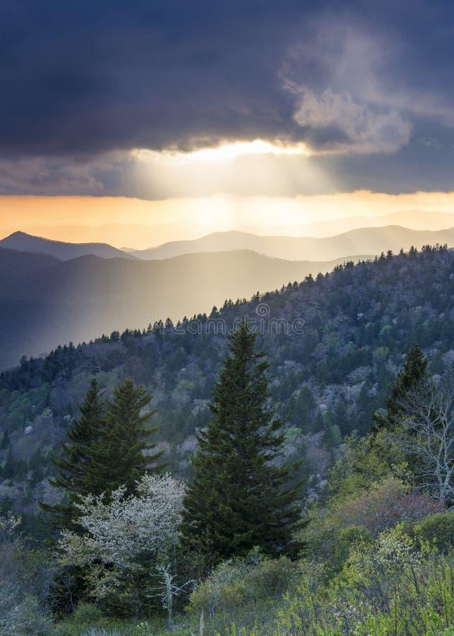 Ridge Parkway Light Rays Landscape azul Asheville NC fotografia de stock
