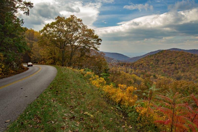 Ridge Parkway Roadway azul em Virgínia do norte, EUA fotografia de stock